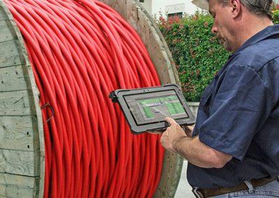 Outdoor-Tablet-aktiv-im-Einsatz-Energieversorgung